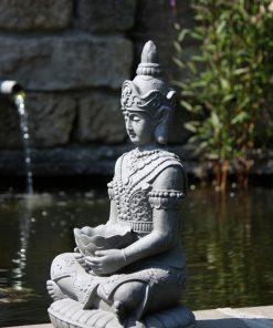 Kwan-Yin-beeld-met-bak-voor-in-de-tuin