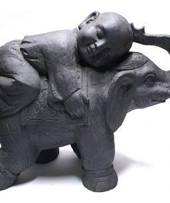 Shaolin monnik liggen op olifant beeld donkergrijs 45cm