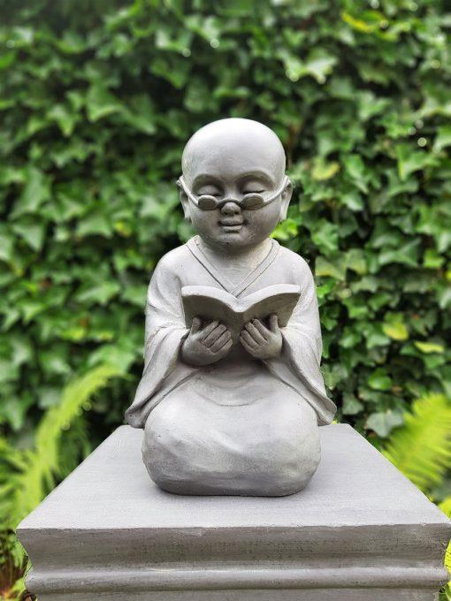 Shaolin-beeld-met-boek-en-bril